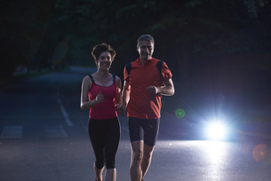 couple jogging at early morningの写真素材 [FYI00794289]