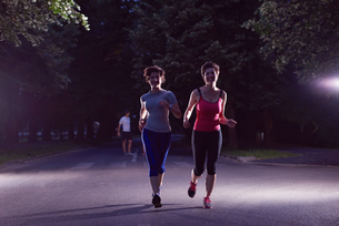 couple jogging at early morningの写真素材 [FYI00794306]