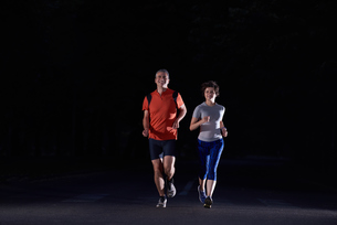 couple jogging at early morningの写真素材 [FYI00794309]