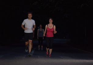 couple jogging at early morningの写真素材 [FYI00794319]