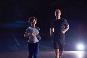 couple jogging at early morningの写真素材 [FYI00794345]