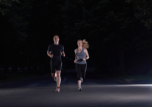 couple jogging at early morningの写真素材 [FYI00794347]