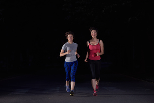couple jogging at early morningの写真素材 [FYI00794353]