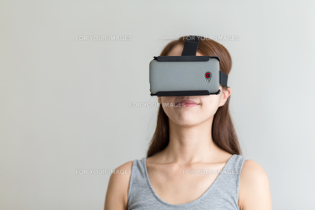 Person using Virtual Reality Headsetの写真素材 [FYI00794416]