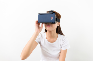 Woman watch movie via VR deviceの写真素材 [FYI00794423]