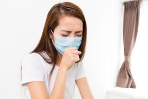Woman feeling unwell at homeの写真素材 [FYI00794431]