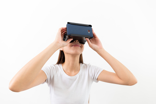 Asian woman using the VR deviceの写真素材 [FYI00794435]