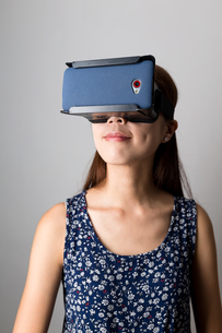 Young Woman watching the film with virtual reality deviceの写真素材 [FYI00794439]