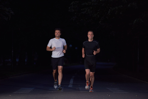 couple jogging at early morningの写真素材 [FYI00794446]