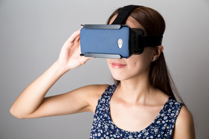 Woman using the VR deviceの写真素材 [FYI00794453]