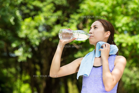 Beautiful young asian woman drinking water after trainingの写真素材 [FYI00794467]