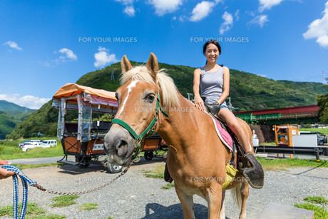 Woman on horse in countrysideの写真素材 [FYI00794468]