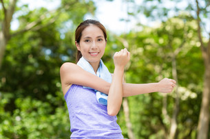 Woman doing warm up exercise, stretching on handの写真素材 [FYI00794470]