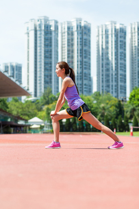 Woman doing stretching warm up at sport stadiumの写真素材 [FYI00794479]