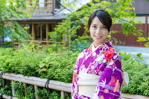 Woman with kimono japanese traditional costumeの写真素材 [FYI00794485]