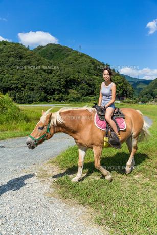 Girl rides a horseの写真素材 [FYI00794488]