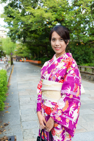 Woman with japanese traditional clothing at streetの写真素材 [FYI00794496]