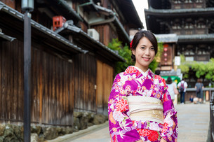 Young woman with traditional clothes in Kyotoの写真素材 [FYI00794499]