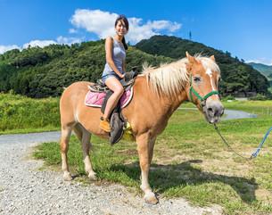 Girl riding horseの写真素材 [FYI00794502]