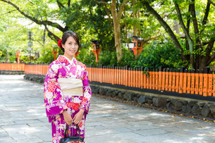 Japanese woman with kimono in traditional templeの写真素材 [FYI00794506]