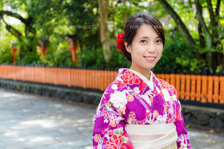 Japanese woman in Templeの写真素材 [FYI00794508]