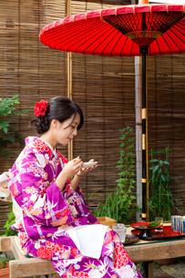 Young woman having the dessert in tea houseの写真素材 [FYI00794513]