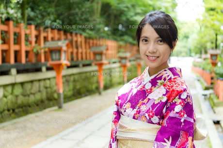 Japanese woman with traditional costume in templeの写真素材 [FYI00794524]