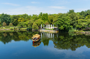 Tourism boat on riverの写真素材 [FYI00794538]