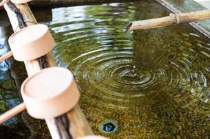 Water purification at entrance of the Japanese templeの写真素材 [FYI00794562]