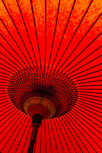Japanese style red mulberry paper umbrellaの写真素材 [FYI00794582]