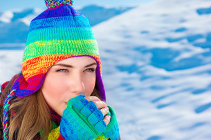 Woman in winter time outdoorsの写真素材 [FYI00794600]