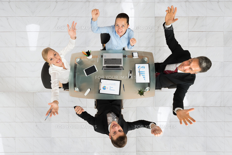 Excited Businesspeople Sitting At Deskの写真素材 [FYI00794621]