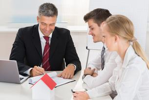 Couple Consulting Estate Agentの写真素材 [FYI00794631]