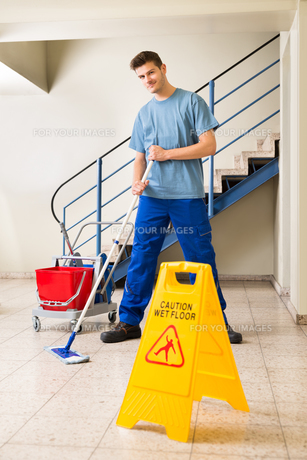Male Janitor Mopping Floorの写真素材 [FYI00794638]