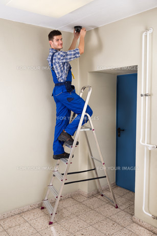 Technician Fitting Cctv Cameraの写真素材 [FYI00794643]