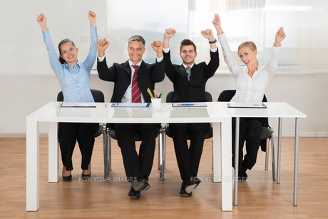 Excited Businesspeople In Officeの写真素材 [FYI00794645]
