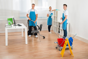 Janitors In Blue Apron Cleaning Officeの写真素材 [FYI00794650]