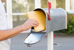 Person Removing Letters From Mailboxの素材 [FYI00794722]