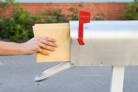 Person Putting Letters In Mailboxの素材 [FYI00794768]