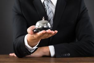 Businessperson Hands Holding Service Bellの写真素材 [FYI00794770]