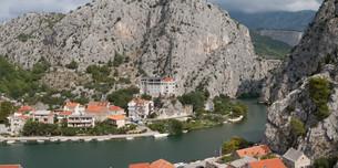 Panorama of Omis on the dalmatian coast in Croatia.の素材 [FYI00794772]