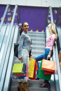 happy young girls in  shopping mallの写真素材 [FYI00794926]
