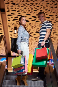 young couple with shipping bagsの写真素材 [FYI00794928]
