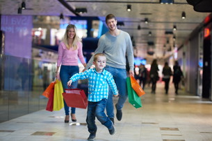 young family with shopping bagsの写真素材 [FYI00794929]