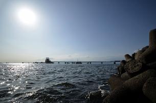 大阪高石市石津漁港のパイプラインの写真素材 [FYI00794986]