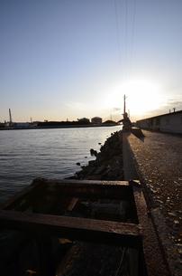 大阪高石市石津漁港の夕日の写真素材 [FYI00794991]