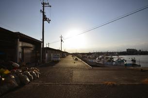 大阪高石市石津漁港の夕日の写真素材 [FYI00794996]