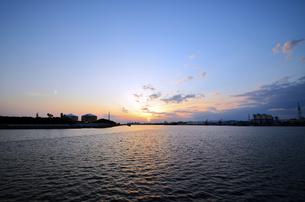 大阪高石市石津漁港の夕日の写真素材 [FYI00794997]