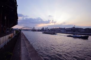 安治川の夕暮れの写真素材 [FYI00795026]