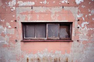 錆びた窓と赤い壁の写真素材 [FYI00795027]